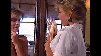 Парнишка в белоснежной рубашке выебал хорошенькую брюнетку и залил ей анус спермой