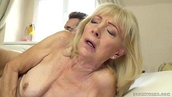 Девушка с крупный попочкой выполняет жесткий минетик мужчине и ебется в задница в разных позах