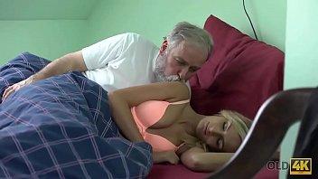 Лесбы показывают на камеру широкие анусы и мастурбируют