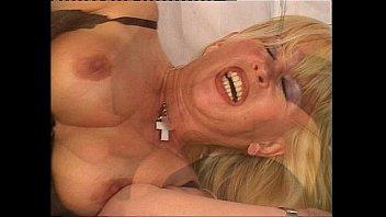 Парень, любящий фут фетиш, целует ноги белокурой шлюхи и занимается с ней поревом