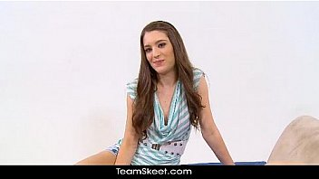 Метиска с небритым лобком онанирует, сидя в кресле с подушками