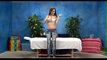Длинноногая модель с большими титьками танцует стриптиз посреди квартиры