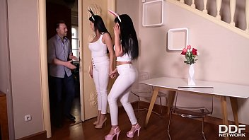 Длинноволосая гимнастка онанирует вульву делая шпагат и стоя на лопатках