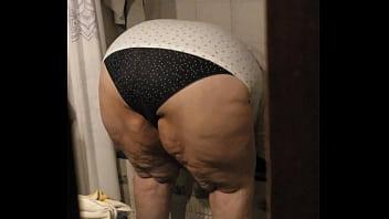 Пышная мамочка трясёт крупными сисяндрами перед камерой