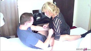 Мулат поимел худую женщину вскоре после оральных нежностей и массажа ступней