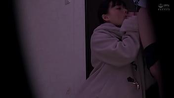 Молодчик помогает девушке мерять нижнее белье в магазине