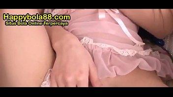 Сисястая молодая брюнетка учит молодую арабку заглатывать приличных размеров пенис