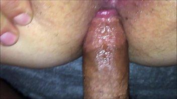 Рыженькая девушка мастурбирует себя пальчиками и вибратором
