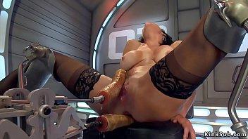 Три лесбиянки испытывают анальную игрушку