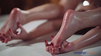 Сучка с двумя хвостиками обмазывает своё тело взбитыми сливками и онанирует манду на кухне