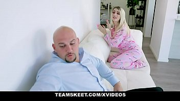 Восхитительная девушка томно ласкает киску фалосами на веб-камеру